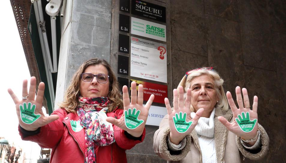 Kati Ródenas, a la dreta, i una companya del sindicat, mostres pegatines de la campanya.
