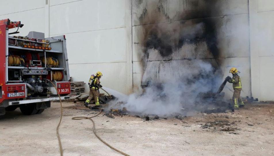 Imatge dels Bombers extingint l'incendi.