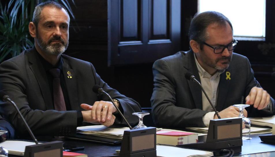 Els diputats de JxCat Eusebi Campdepadrós i Josep Costa a la reunió de la Mesa del Parlament.