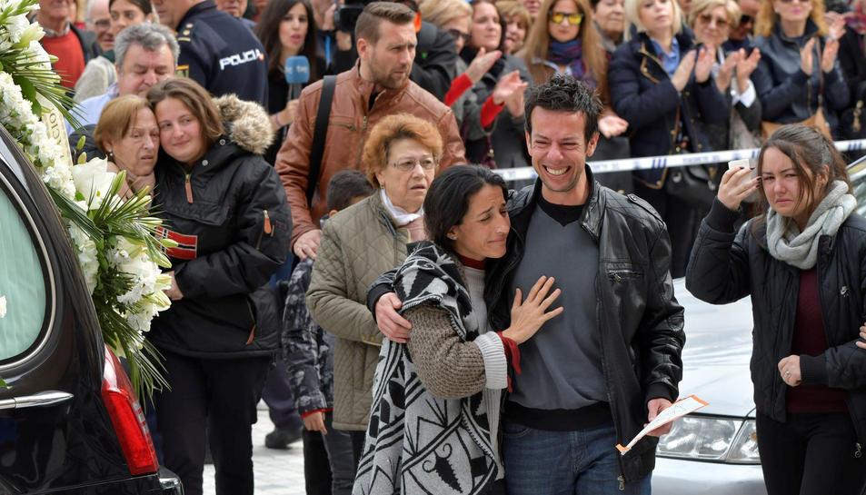 Els pares de Gabriel acompanyen el fèretre a l'entrada de la Catedral d'Almeria.