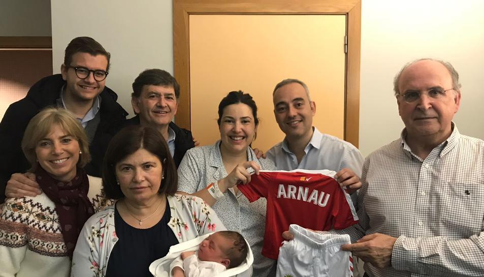 El nadó, amb la família i l'equipació del Nàstic.