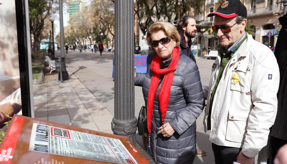 Dues persones llegeixen el que va succeir el 1976 a la Rambla i sobre la mort de Rodrigo Knafo.