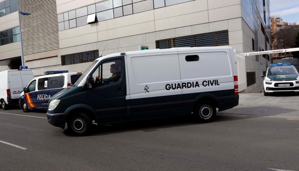 Un furgó policial ha traslladat a Ana Julia Quezada davant del jutge.