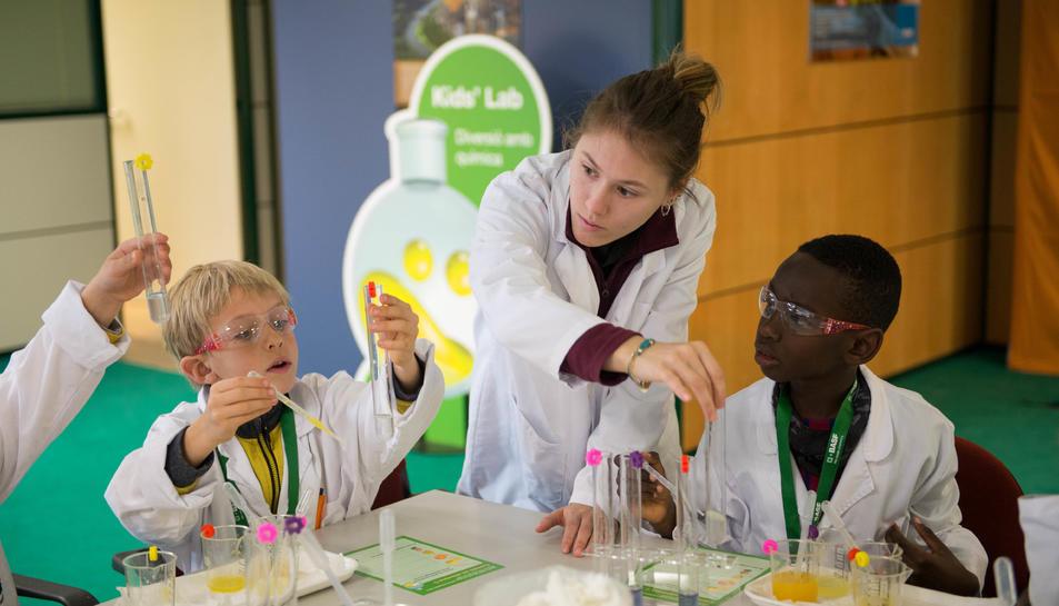 Els nens, gaudint de la química en una edició anterior.