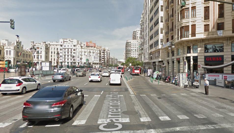 Imatge d'un carrer de València molt concurrit.