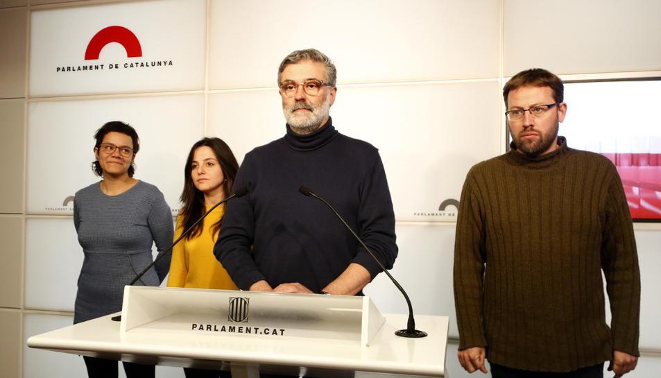 Els diputats de la CUP Natàlia Sánchez, Maria Sirvent i Vidal Aragonés, amb el president, Carles Riera, al centre.
