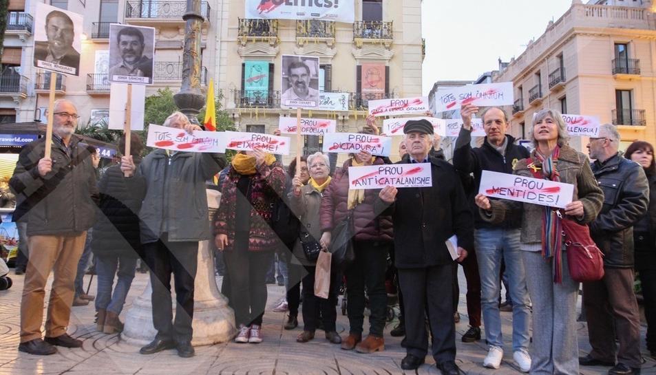 Concentración en la Plaza Prim de Reus en apoyo a Òmnium Cultural