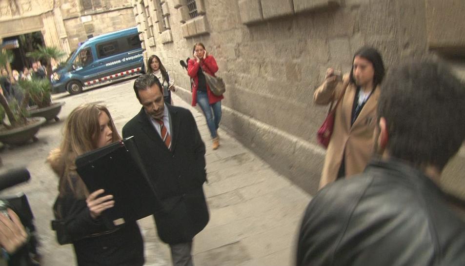 Imatge de l'arribada del secretari de Difusió, Antoni Molons, al Palau de la Generalitat amb agents de la Guàrdia Civil.