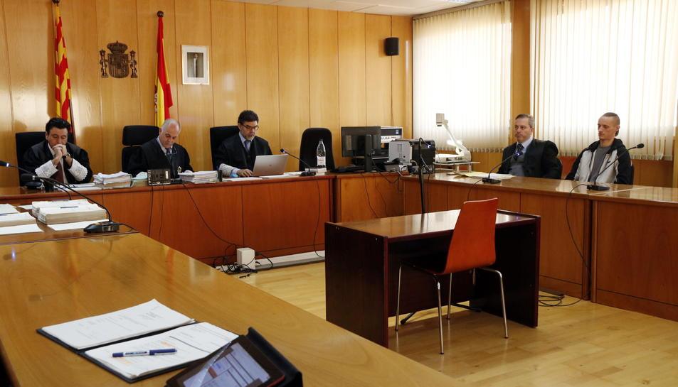 La sala de vistes de l'Audiència de Tarragona en l'inici del judici per l'assassinat de la jove Meritxell Vall amb l'acusat, Stanislav R., assegut al fons a la dreta.