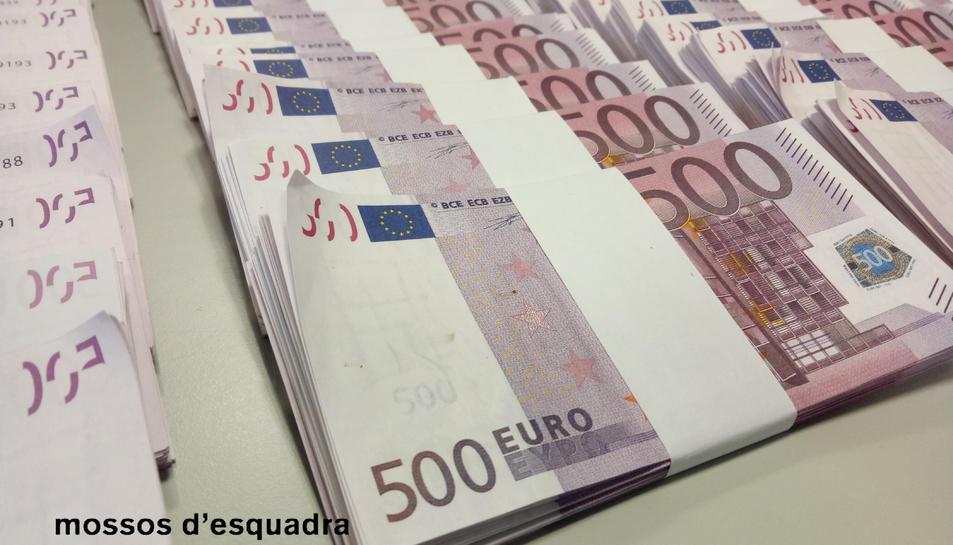 Imatge dels feixos de bitllets falsos.