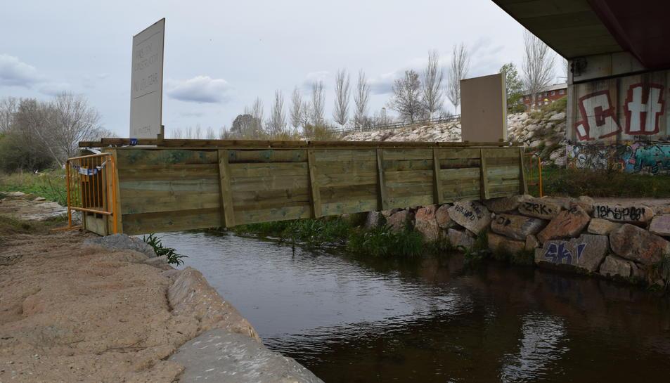 La passera de fusta unirà les dues bandes del riu