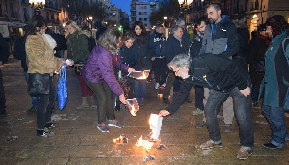 Una cinquantena de persones s'han reunit per cremar fotos del Rei