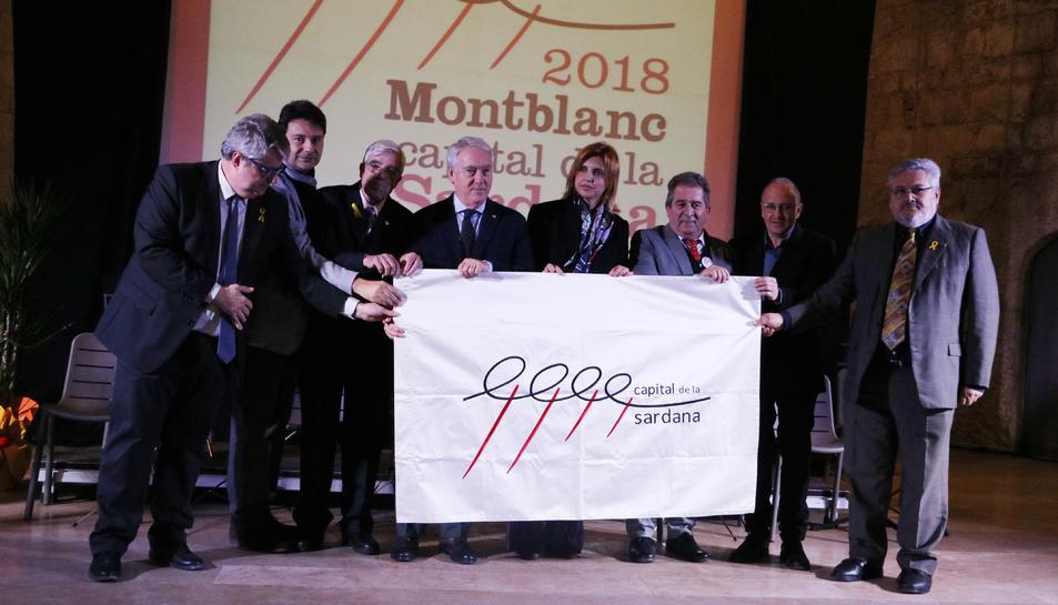 Foto de família en el moment del traspàs de bandera de Figueres a Montblanc com a Capital de la Sardana.