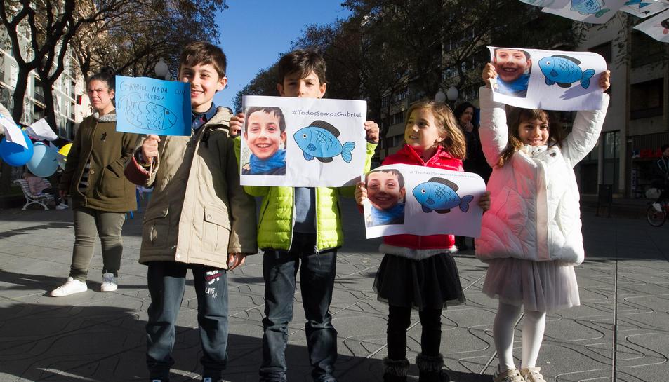 Desenes de nens i nenes van arribar a la concentració amb dibuixos de peixos.