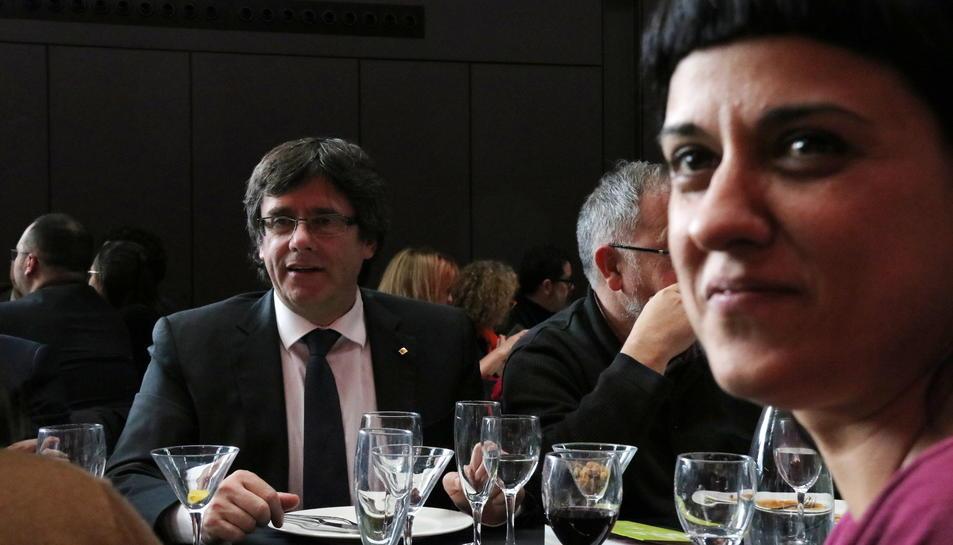 El president de la Generalitat, Carles Puigdemont, amb la diputada de la CUP Anna Gabriel.
