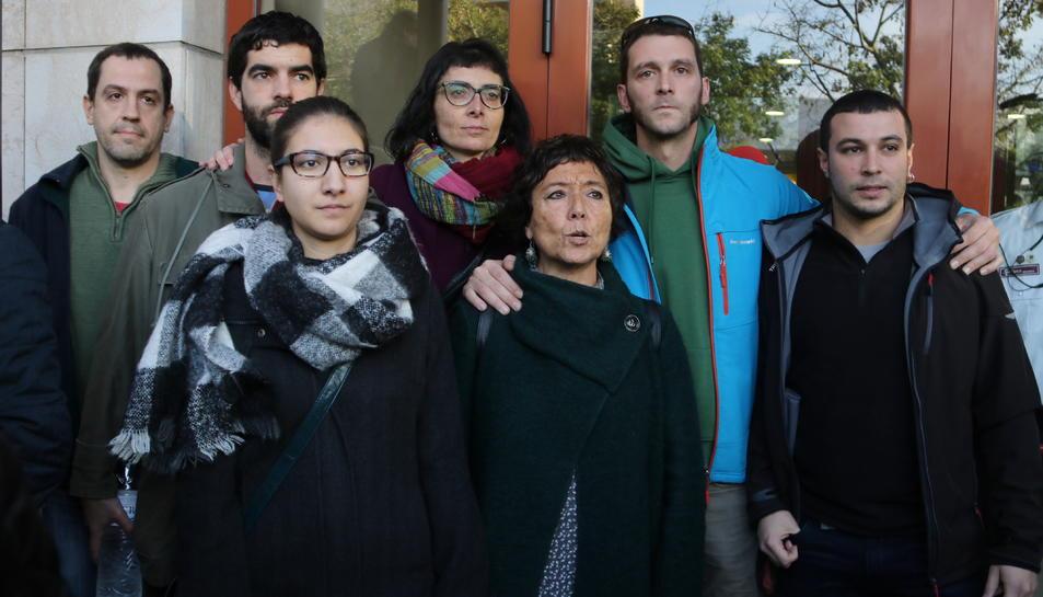 Pla mig de diversos regidors de la CUP a la porta del jutjat de Reus.