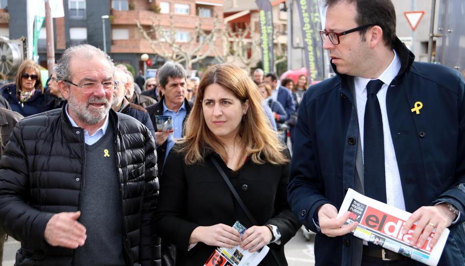 La coordinadora general del PDeCAT, Marta Pascal, entre el president de la Diputació de Lleida, Joan Reñé (esquerra), i l'alcalde de Mollerussa, Marc Solsona, passejant per la 146a Fira de Sant Josep