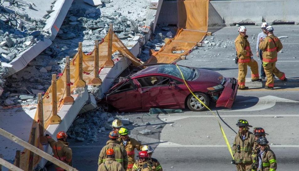 El pont va atrapar diversos cotxes i persones