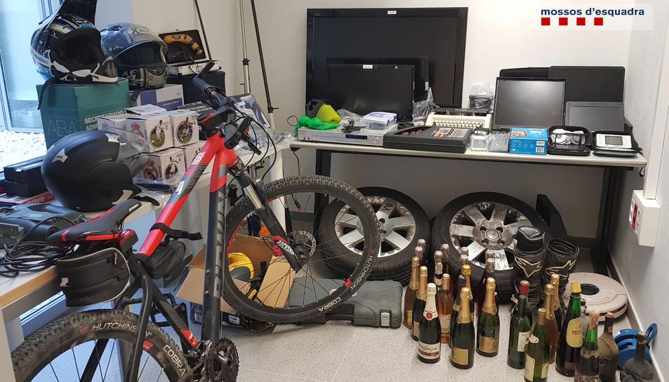 Alguns dels objectes que van robar els lladres.