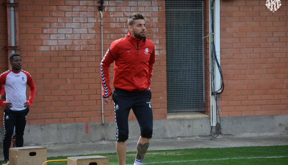 Xavi Molina, durant l'entrenament d'ahir a les instal·lacions del Nàstic. El canongí podria tornar a jugar de migcampista.