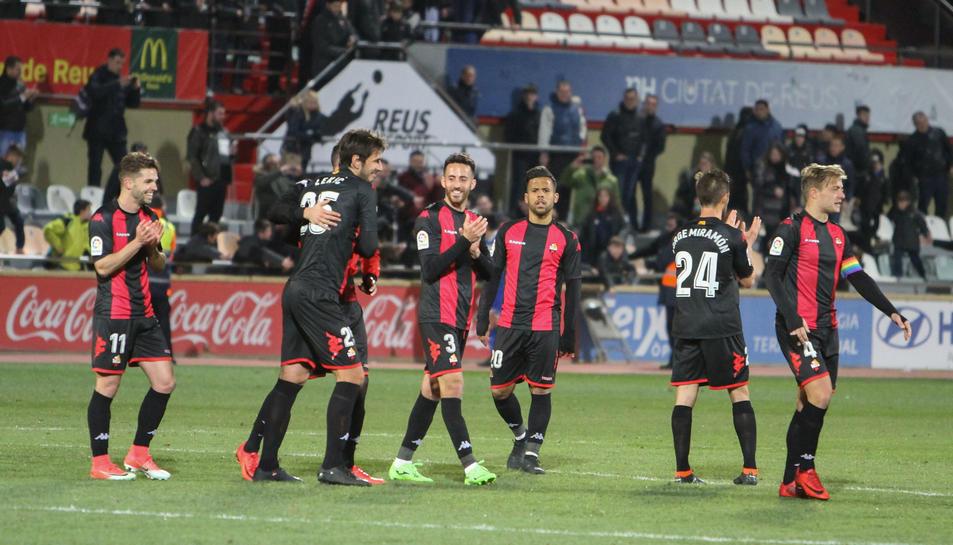 Els jugadors roig-i-negre celebren la victòria contra el Sevilla Atlético a l'Estadi.