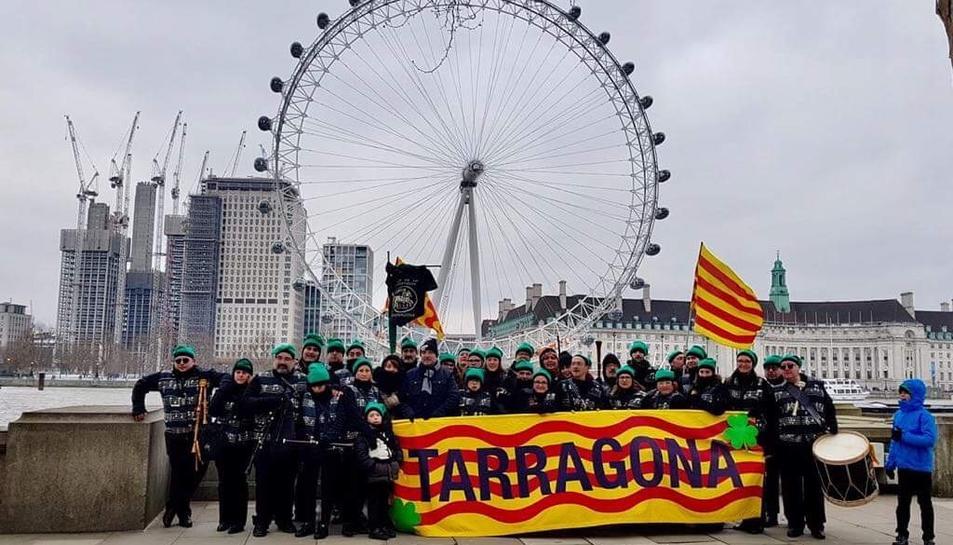 Fotografia de grup dels Sons de la Cossetània al davant del London Eye.