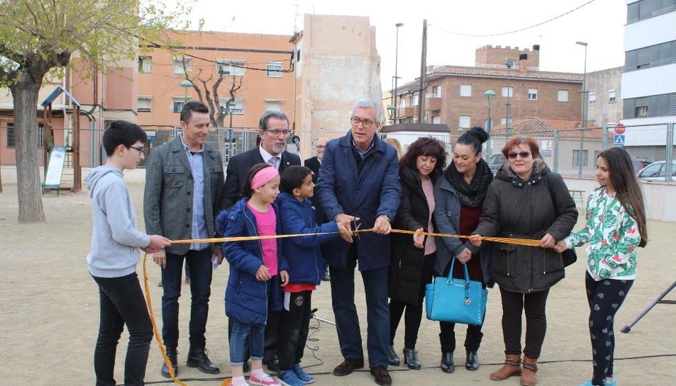 L'alcalde de Tarragona, amb representants de la comunitat educativa del centre, tallant la cinta protocolària.