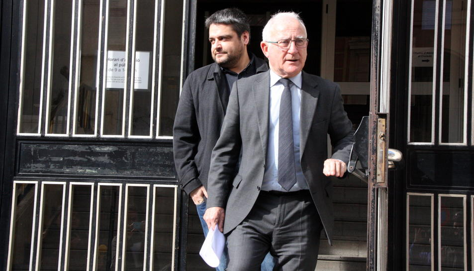 L'advocat dels quatre investigats, Paco Zapater, sortint de