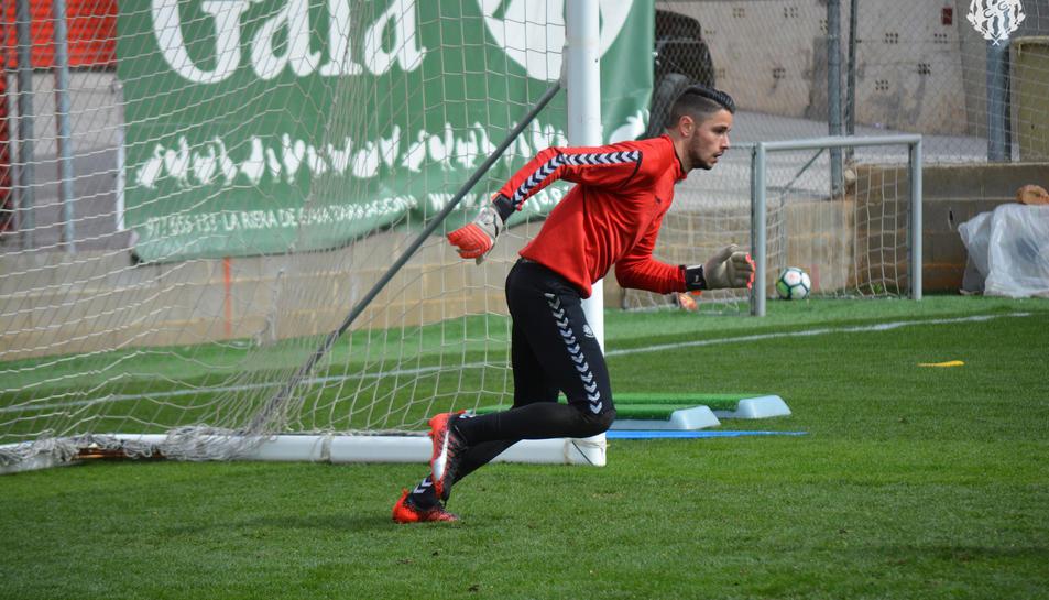 Bernabé Barragán, durant l'entrenament d'aquest dilluns al Nou Estadi, es prepara per tornar a la titularitat.