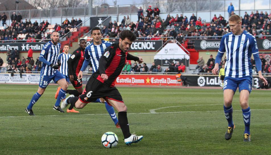 Vitor Silva prepara un xut a porteria durant el CF Reus-Lorca que va tenir lloc el passat mes de febrer a l'Estadi Municipal.