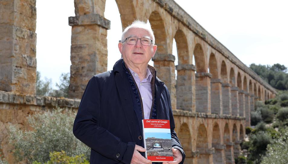 Paco Zapater, al Pont del Diable amb un exemplar del llibre 'Del carro a Google'.