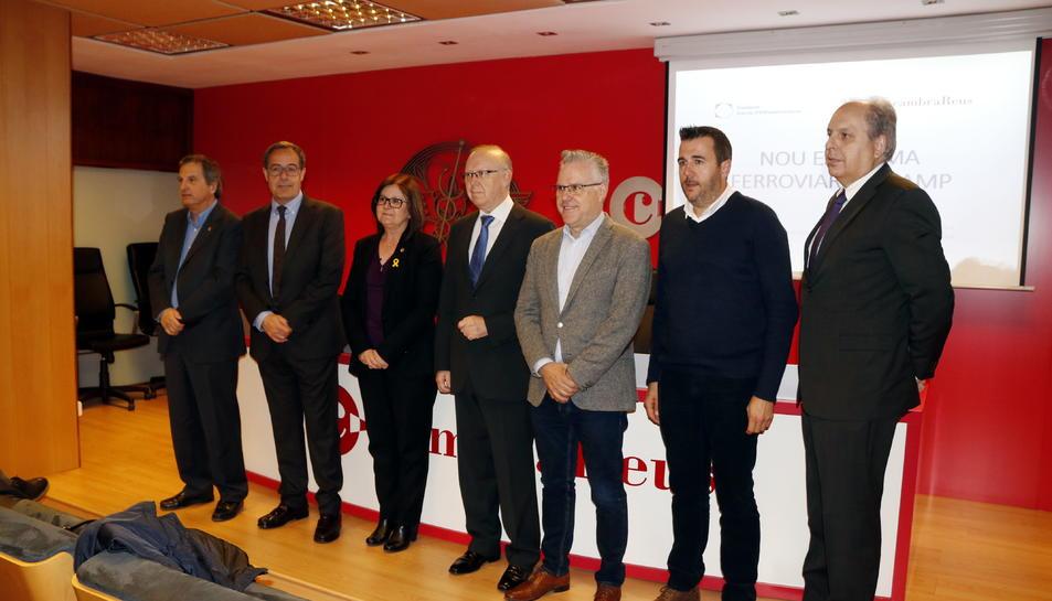 Pla general dels alcaldes de Salou, Cambrils, Mont-roig i Vandellòs, amb els presidents de la Cambra de Reus i el Cercle d'Infraestructures, i l'enginyer Fèlix Boronat, abans d'iniciar el debat. Imatge del 21 de març del 2018