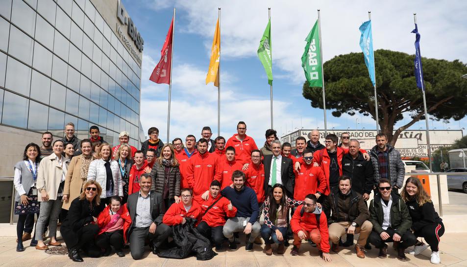 Una fotografia de família amb els integrants del Nàstic Genuine, els voluntaris que van rebre posteriorment el diploma i el personal de BASF que tampoc va voler faltar a la cita.