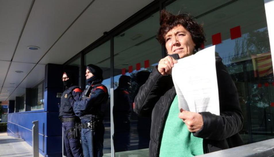 La regidoria cupaire Mariona Quadrada mostrant la segona citació que va rebre a les portes de la comissaria de Reus.