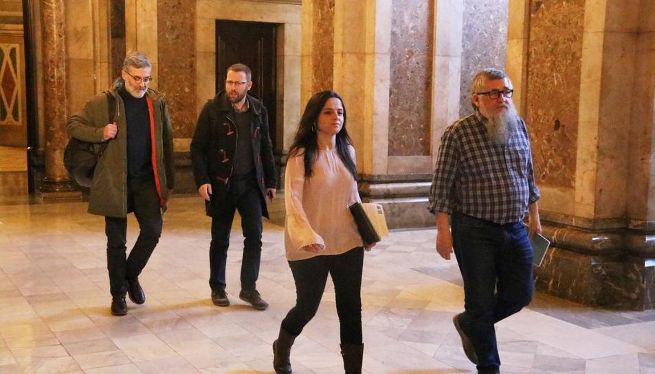 Els quatre diputats de la CUP entrant als despatxos del Parlament per reunir-se amb ERC i JxCat.