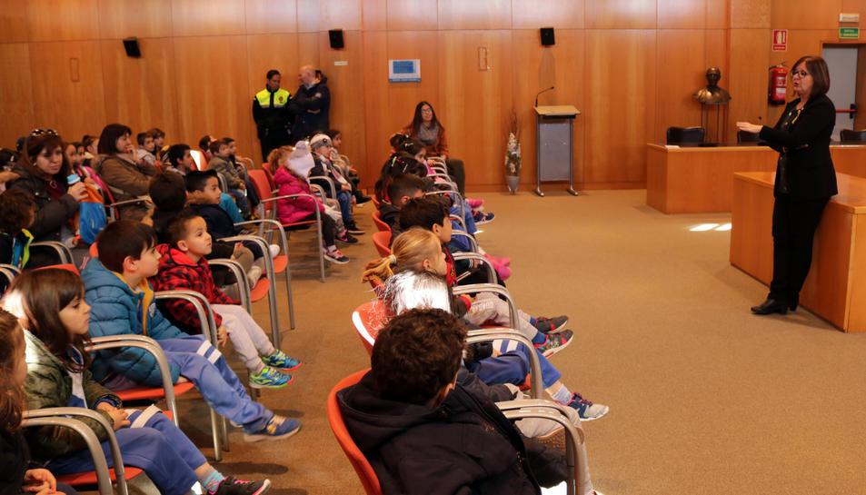 Els alumnes de P5, 1r i 2n de l'Escola Joan Ardèvol visiten l'Ajuntament de Cambrils.