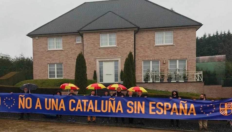 Els membres dela plataforma han desplegat una pancarta davant la casa.