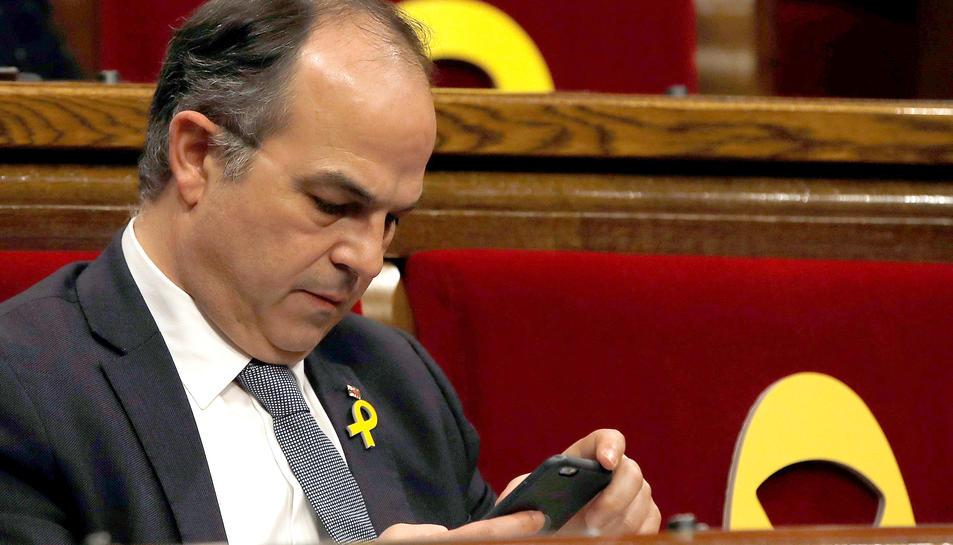 Jordi Turull, consultant el mòbil durant el debat d'investidura.