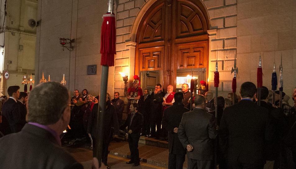 L'alcalde de Reus, al centre de la imatge, a les portes de l'Església de la Puríssima Sang.