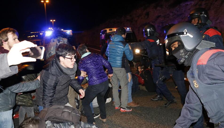 Pla mig d'efectius ARRO dels Mossos d'Esquadra carregant amb les porres per dissoldre la concentració que tallava l'autovia A-7, a Tarragona, en sentit sud. Imatge del 23 de març del 2018
