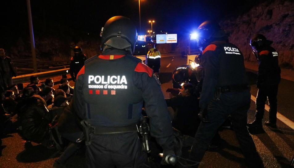 Pla mig d'efectius ARRO dels Mossos d'Esquadra preparats per carregar contra les persones assegudes a l'autovia A-7, a Tarragona. Imatge del 23 de març del 2018