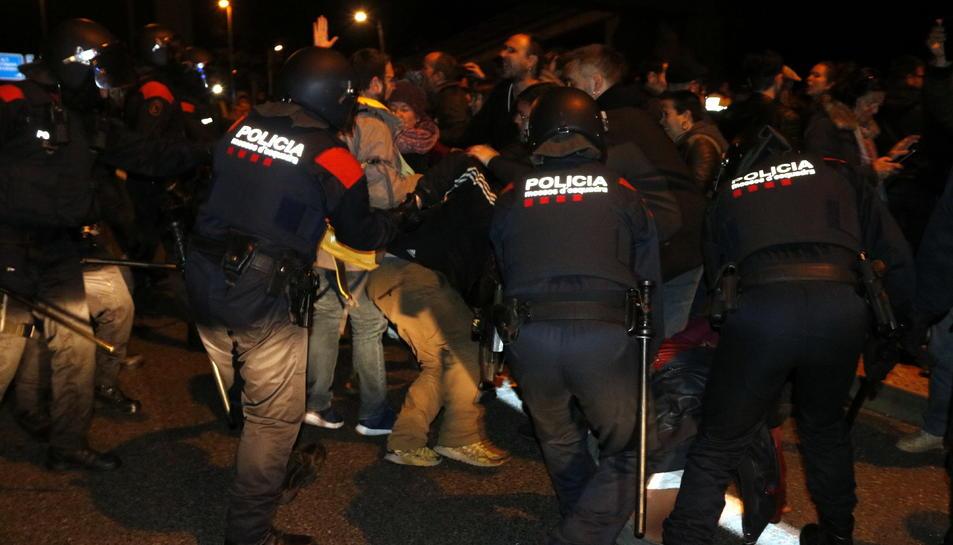 Pla general d'efectius dels Mossos d'Esquadra dissolent la concentració a l'autovia A-7, a Tarragona, després de carregar contra els manifestants. Imatge del 23 de març del 2018