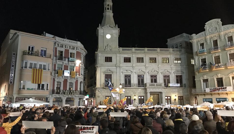 Els reusencs també s'hi han sumat a la plaça Mercadal.