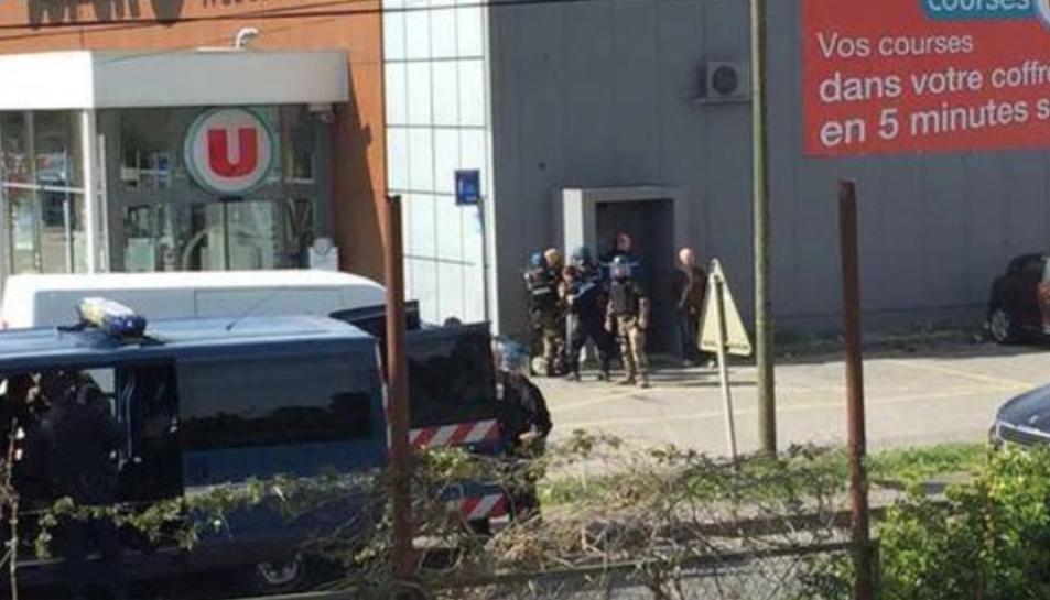 El supermercat on s'estaria produint l'atac per part un home sol.