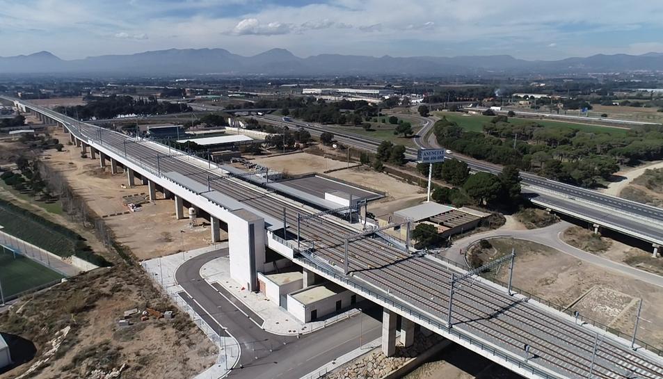 Panoràmica aèria de la nova estació, ubicada entre el Camp de Futbol municipal de Cambrils i l'autopista AP-7.