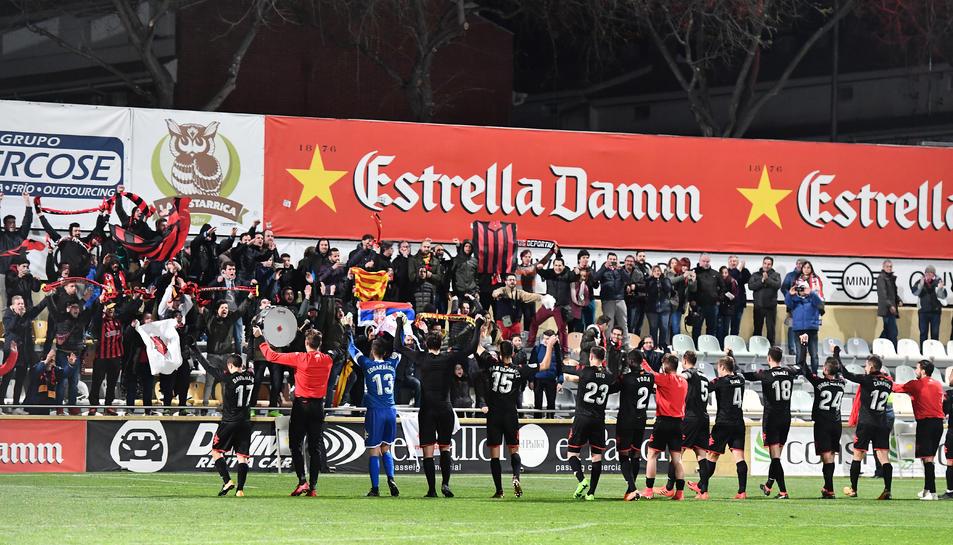 Jugadors i aficionats roig-i-negres van tornar a celebrar junts la victòria, una imatge que feia temps que no es veia.
