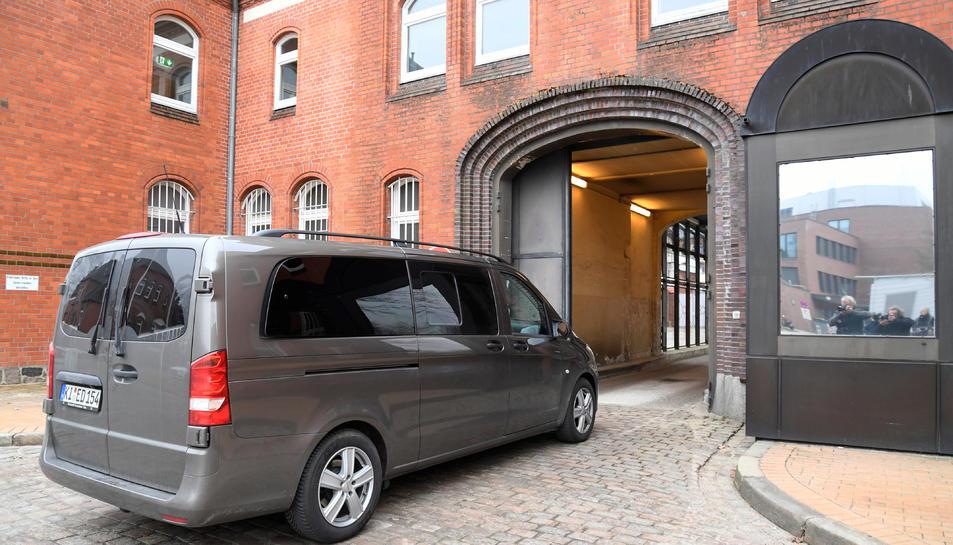 El vehicle que, suposdament, portava a Carles Puigdemont, mentre entra a la presó de Neumünster.