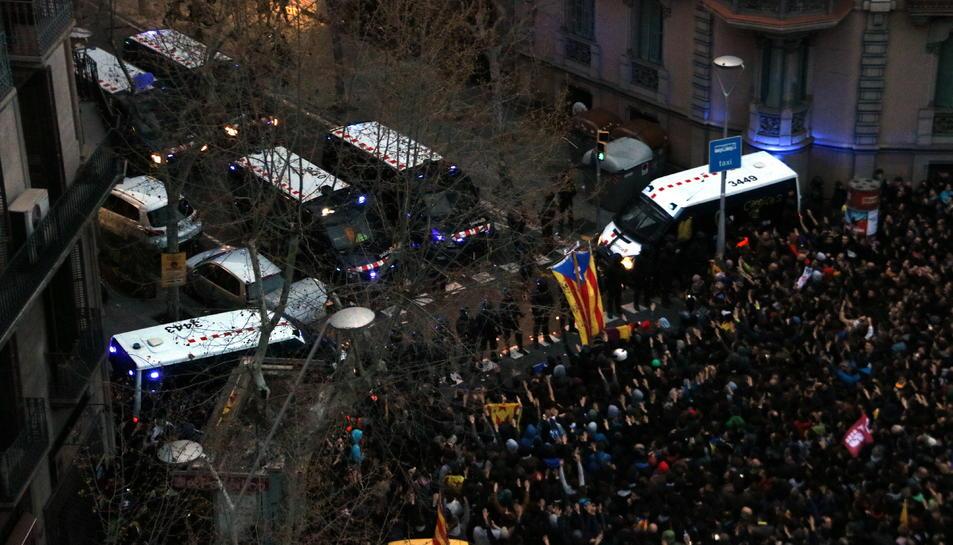 Vista aèria del cordó policial a prop de la delegació del govern espanyol a Barcelona.