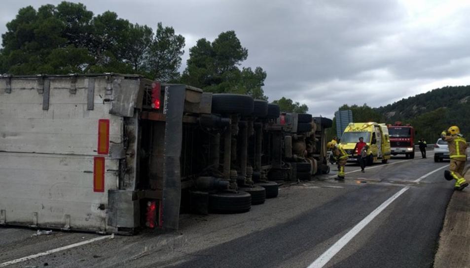 El conductor ha resultat ferit i ha estat traslladat a l'hospital Sant Joan de Reus.