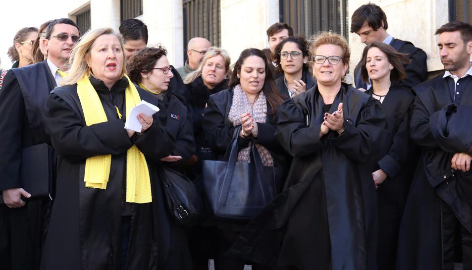 Els advocats, llegint el manifest davant dels jutjats de Tarragona.